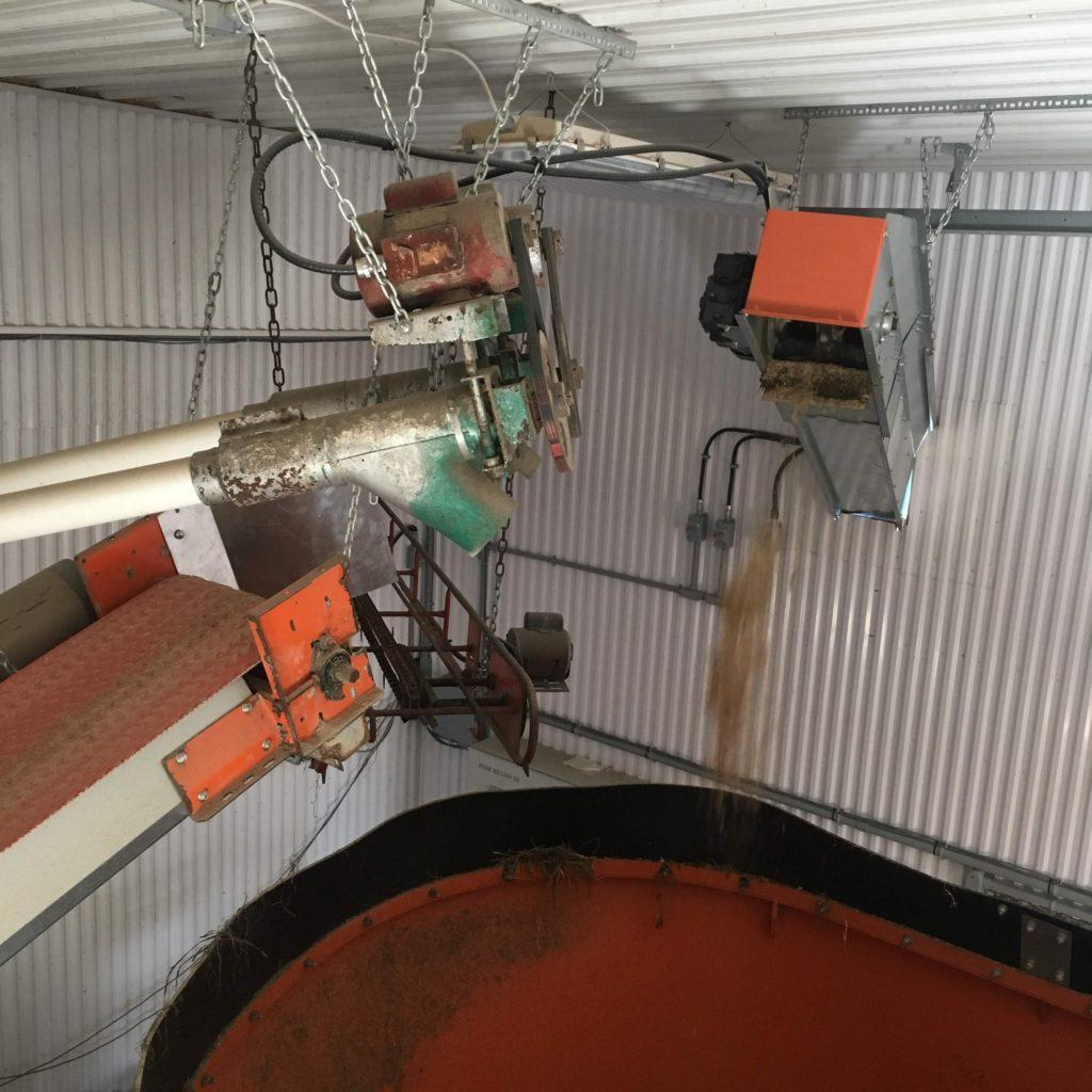 Alimentation de vis à grain et de convoyeur pour mélangeur (RTM)
